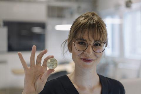 una mujer de negocios sostiene una bitcoin