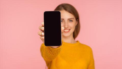 vrouw heeft smartphone vast