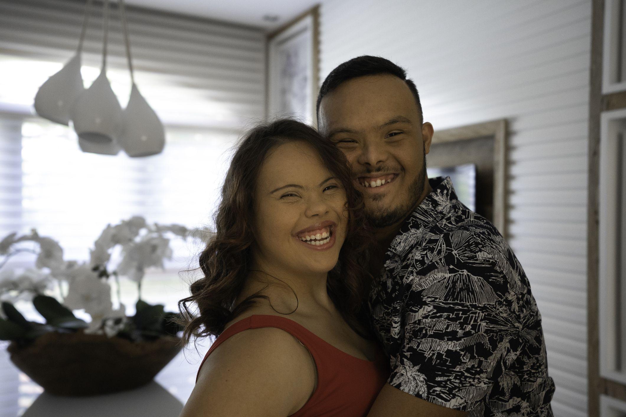 portrett av et lykkelig par med spesielle behov