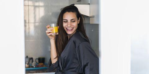 jonge-vrouw-ontbijt-keuken