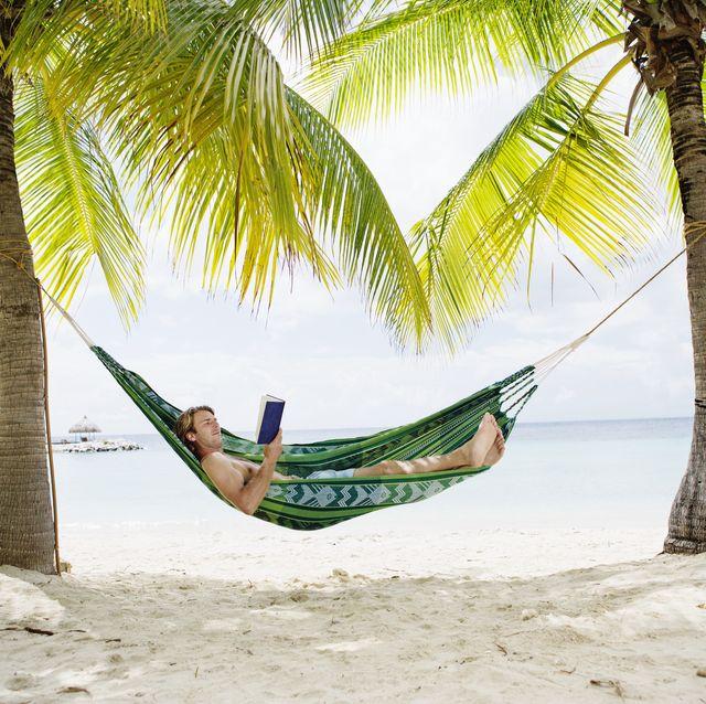 man lezen boeken vakantie zomer
