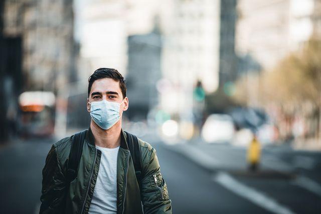 hombre con mascarilla en la calle
