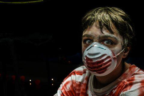 man met bebloed masker en enge ogen