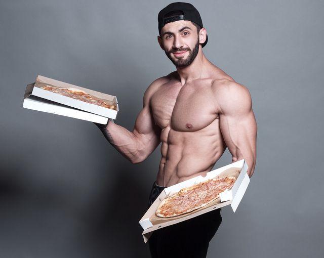 hombre pizza músculos