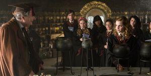 Hermione Granger haciéndose la lista en clase de Pociones con Horace Slughorn