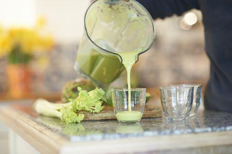 把打好的綠色蔬果汁倒入杯中