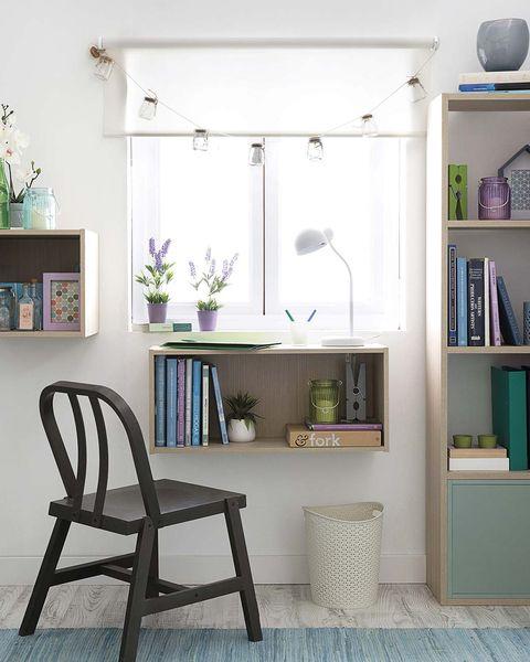 pequeño escritorio de pared y estanterías