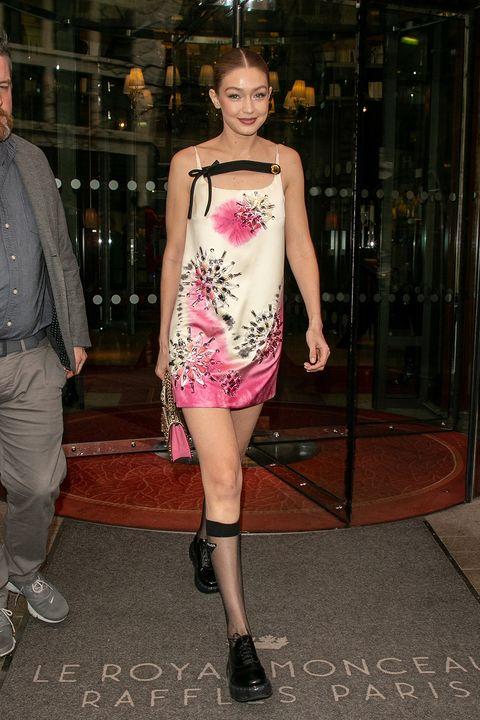 ffddea0384 Prada e i gambaletti velati (da mostrare), Gigi Hadid indossa le calze ...
