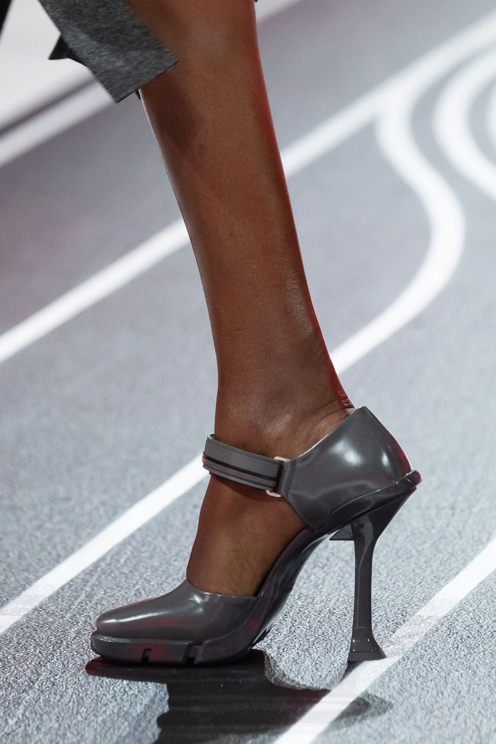 prada-fall-2020-runway-gray-heel-1582236634.jpg (980×1470)