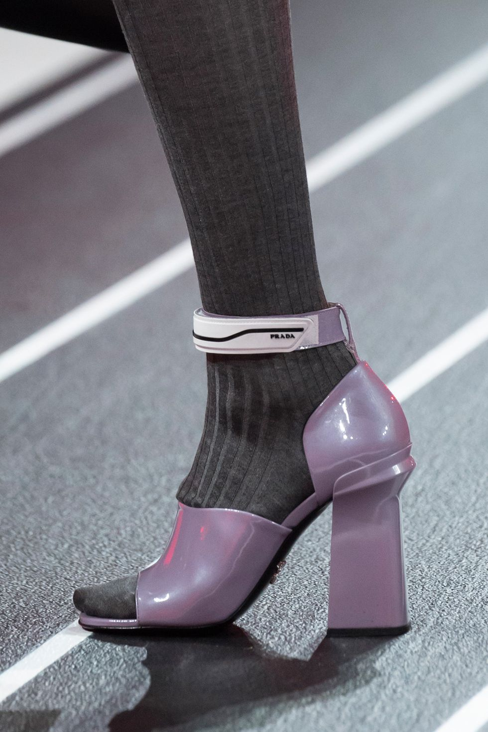 prada-fall-2020-runway-purple-heel-1582236634.jpg (980×1470)