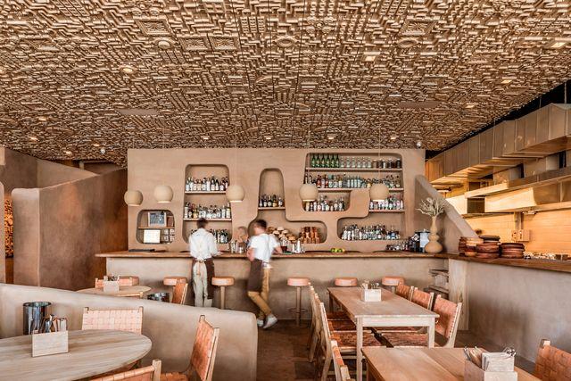 el restaurante veneno en guadalajara, méxico, rinde homenaje a la cocina tradicional a través del diseño que recuerda a los primeros asentamientos rupestres en cuevas