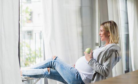 pregnant woman eating apple —gestational diabetes diet