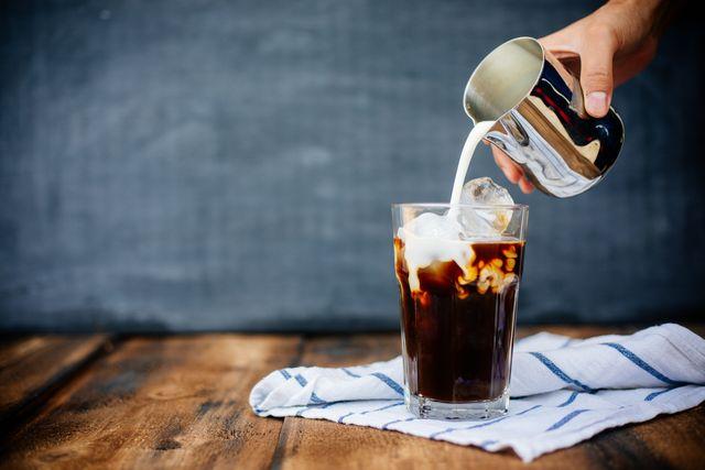 カフェインを摂りすぎるとどうなる? 専門家が解説