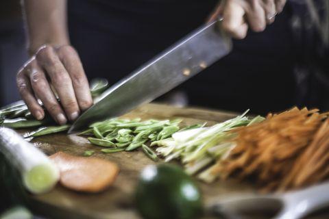 Préparation des légumes en julienne pour les crêpes coréennes Close Up