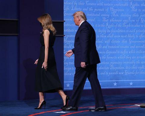 メラニア夫人の心中は? 夫・トランプ大統領との手つなぎ問題について