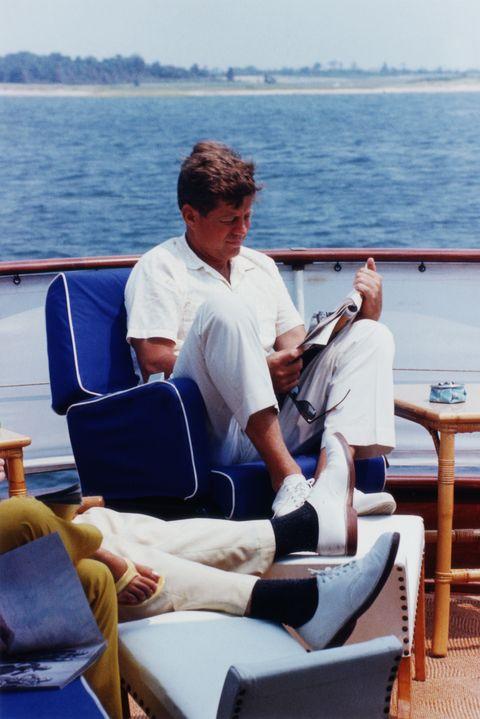 El presidente Kennedy leyendo en la cubierta de un barco