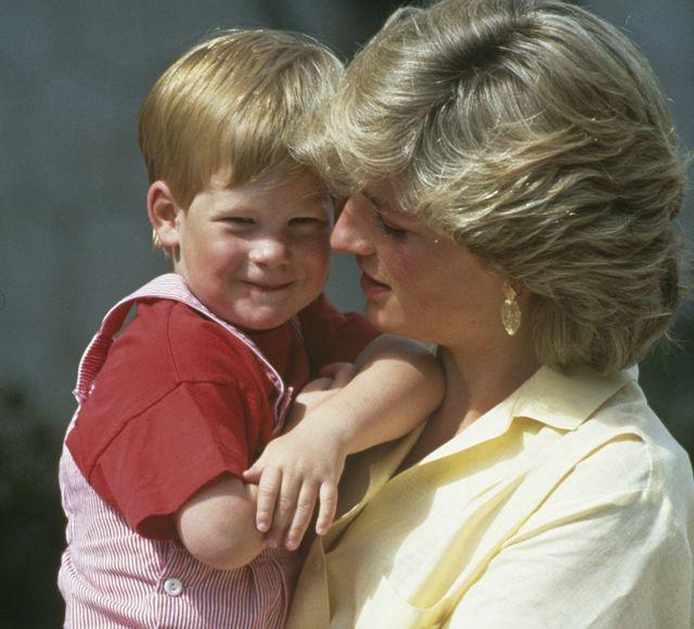 el príncipe harry y lady di, en una foto tomada en mallorca en 1987