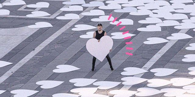 piazza duomo invasa da un grande cuore bianco totally riciclato e riciclabile, così angelo cruciani crea l'installazione da sogno per milano pride digitale 2020