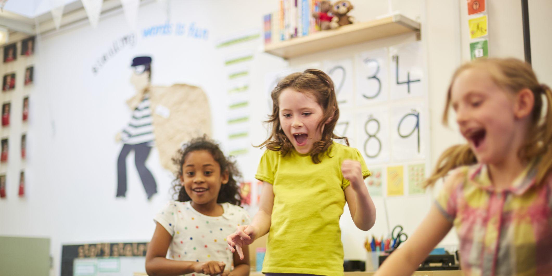 Niñas jugando en el aula