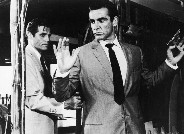 los actores jack lord y sean connery en la película de james bond 007 contra el doctor no