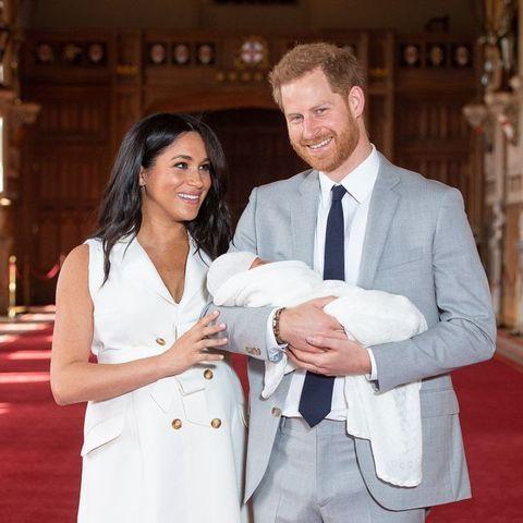 ロイヤルファミリーとケンブリッジ公爵夫妻がそれぞれのsnsアカウントを通じて、1歳の誕生日を迎えたヘンリー王子とメーガン妃の長男、アーチー・マウントバッテン=ウィンザーにお祝いのメッセージを送った。それぞれアーチ―と撮影した写真を投稿し、「アーチー、1歳のお誕生日おめでとう!」とのメッセージを添えた。