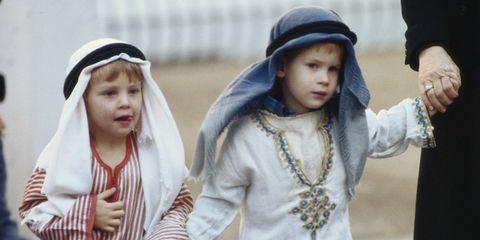 prins harry in schattige kostuums voor zijn kerstvoorstelling in 1987