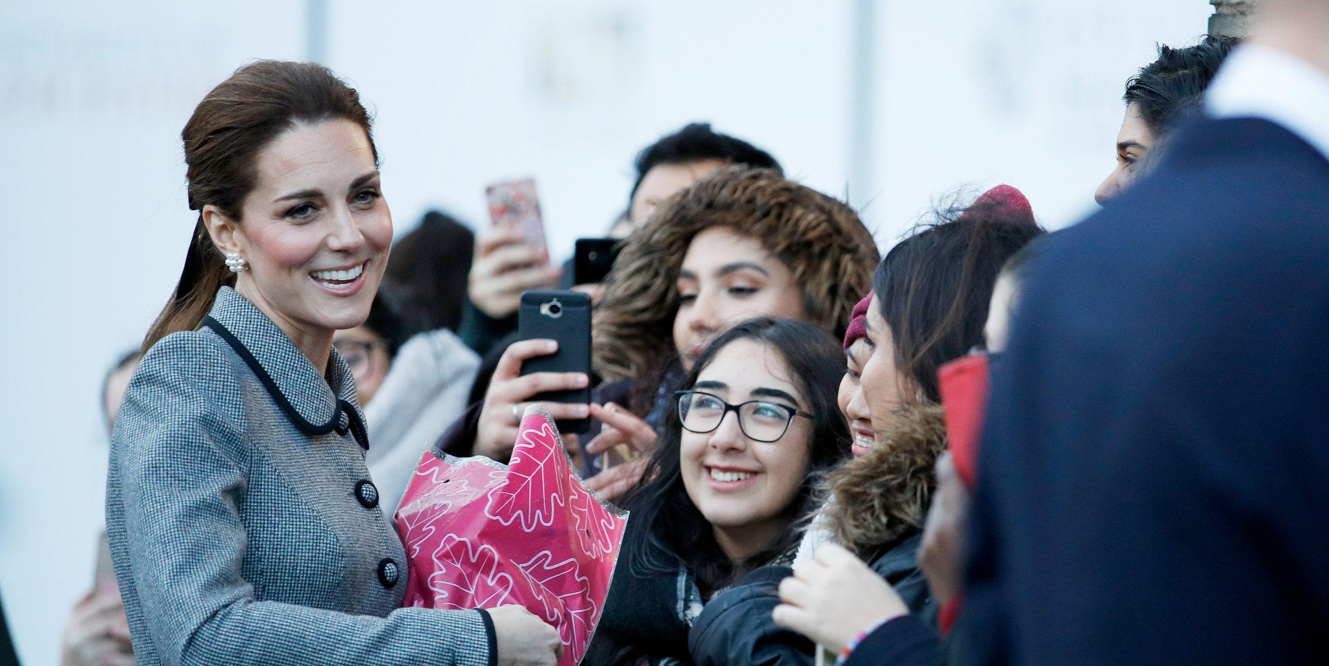 Kate Middleton sempat menjawab beebrapa pertanyaan dari penggemar saat ia berkunjung ke Leicester City (dok. Elle)