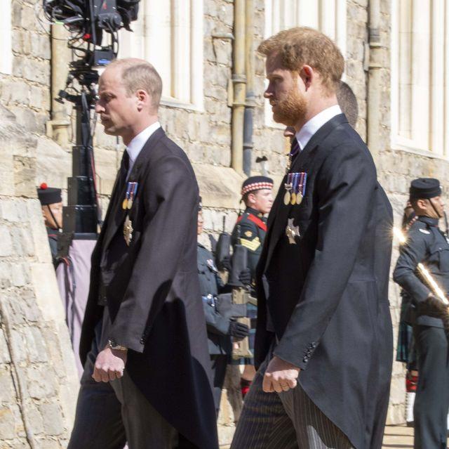 4月に行われた祖父フィリップ殿下の葬儀に揃って出席し、久しぶりに再会したウィリアム王子とヘンリー王子には、「和解」が期待されていた。だが実際のところ、2人は葬儀の場でも口論を始めていたという。兄弟に詳しい王室伝記作家のロバート・レイシー氏が、関係筋の話として、イギリスのメディアに明らかにした。