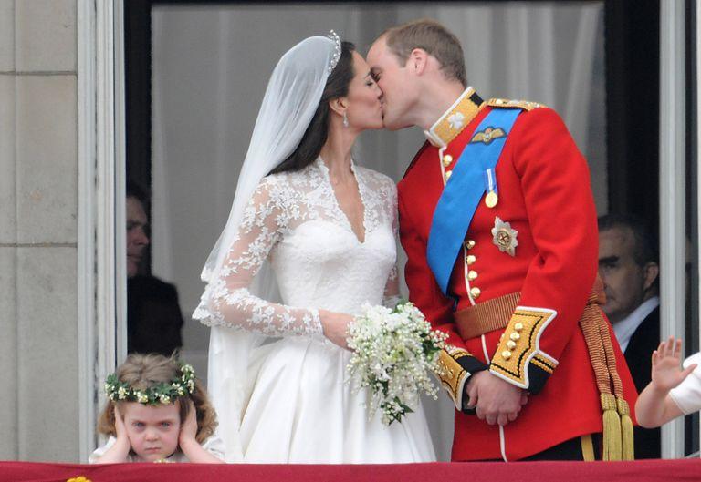 prince-william-kate-middleton-balcony-kiss