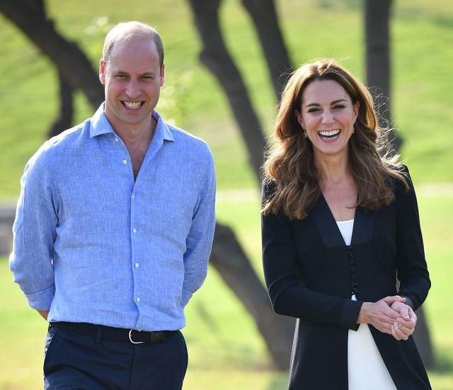 父の日を祝い、ウィリアム王子夫妻がこれまで未公開だったウィリアム王子とジョージ王子、シャーロット王女、ルイ王子の親子写真をsnsでシェアした。2019年の「トゥルーピング・ザ・カラー」の際に撮影されたもので、仲の良い親子ぶりが様子が伝わってくる愛らしい1枚となっている。