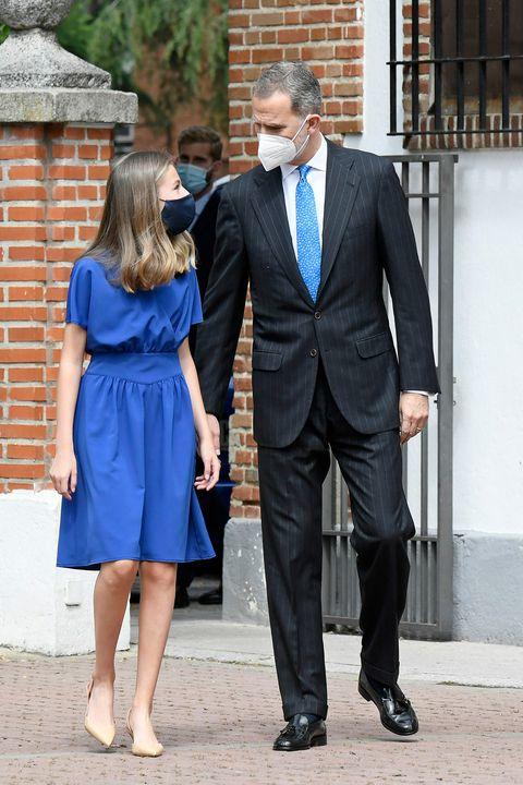 la princesa leonor en su confirmación con vestido azul