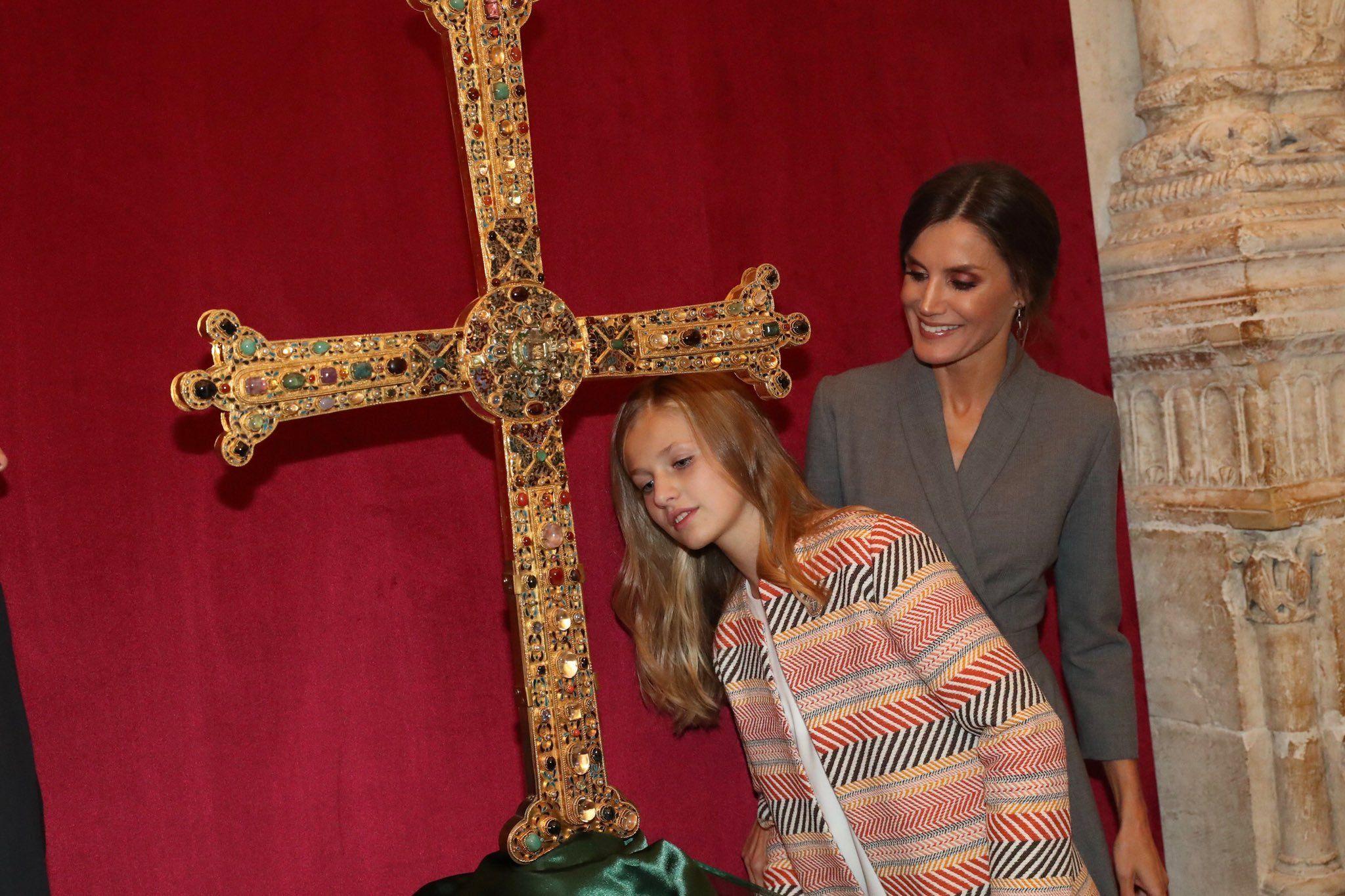 Los Reyes, la princesa Leonor y la infanta Sofía visitan la catedral de Oviedo