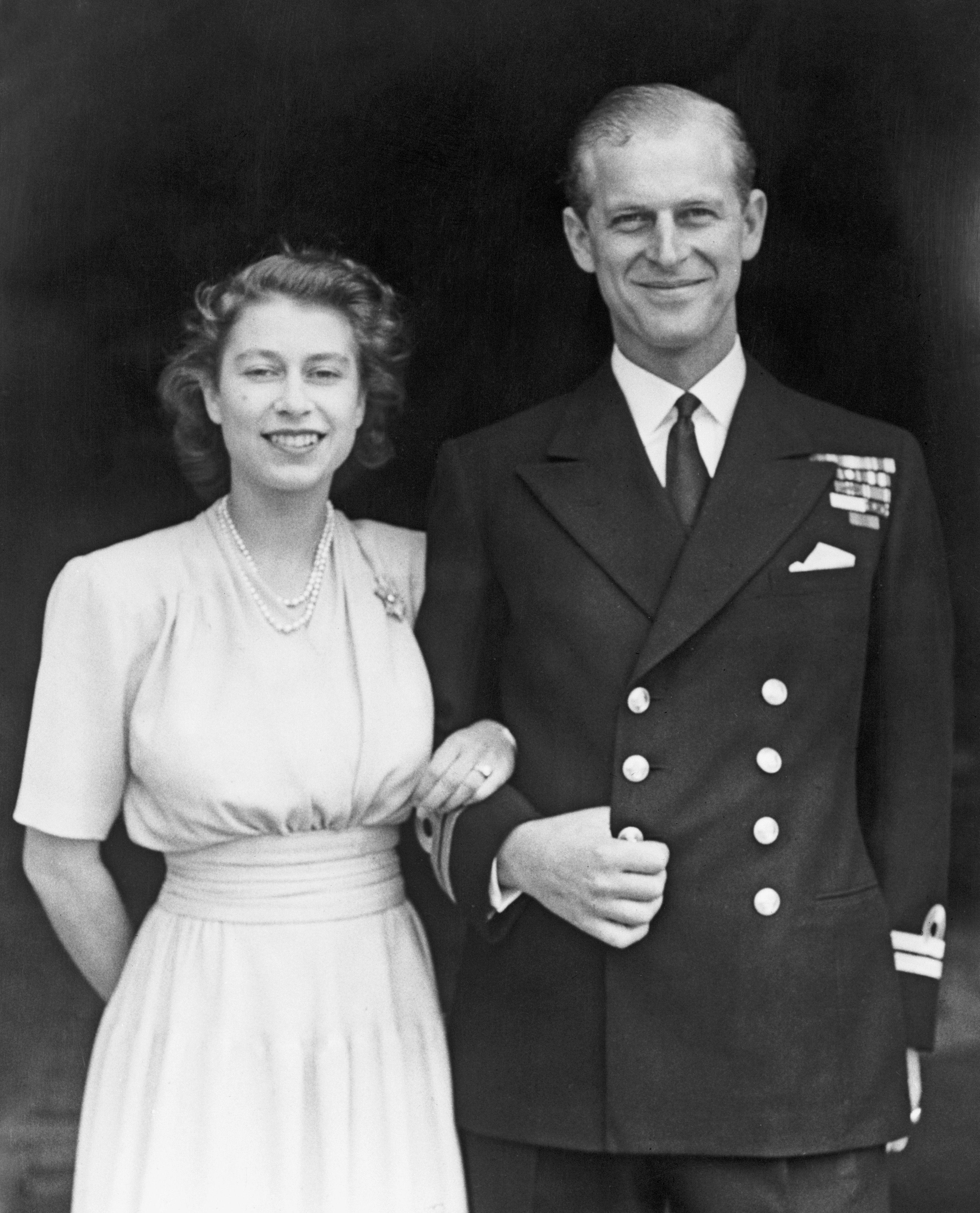 Regina Elisabetta e principe Filippo, la foto per l'anniversario su IG è la festa dell'amore (che dura da 73 anni!)