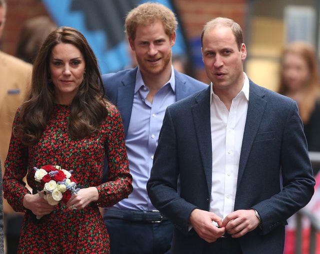 el príncipe harry junto a su hermano, el príncipe guillermo, y kate middleton
