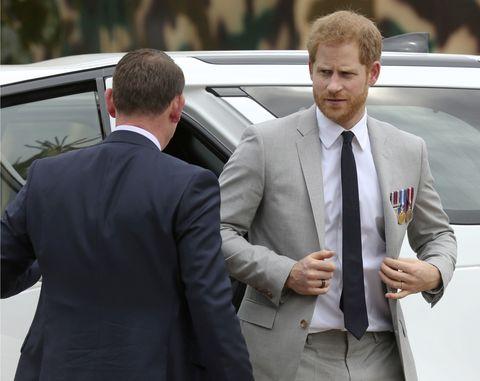 Principe Harry saliendo del coche oficial