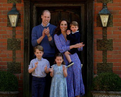 prins william, kate middleton, prins george, prinses charlotte en prins louis klappen voor de zorgmedewerkers tijdens de coronacrisis