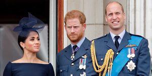 Duchess MeghanMarkle, Prins Harry en Prins William staan op het bordes naast elkaar tijdens de jaarlijkse RAF.