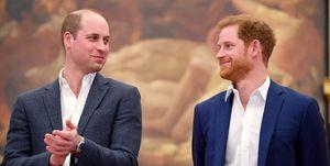 Prins William en Prins Harry lachen naar elkaar