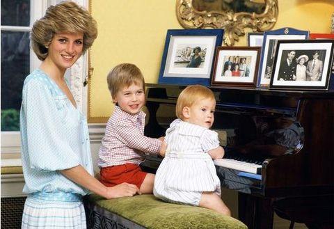 prinses diana en prins harry en prins william spelen piano