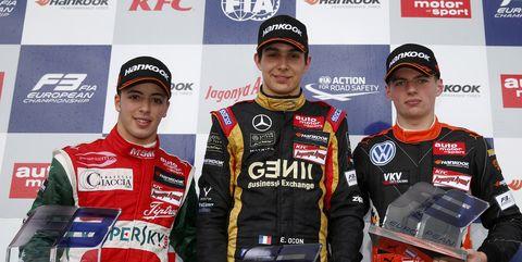 esteban ocon junto a max verstappen en el podio de la fórmula 3