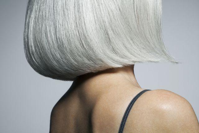 もともとの体質で白髪が生えやすかったり、年を重ねていくことで白髪が混じったりすることは、人間として自然なこと。白髪に誇りを持っている人もいる一方で、白髪を減らしたいと考えている人もいるかもしれません。本記事では、白髪とストレスの関係性についての最新の研究をもとに、白髪を減らす方法についてお届けします。