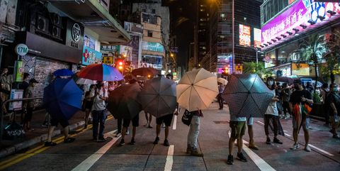 Hong Kong Protesters Surround Mong Kok Police Station