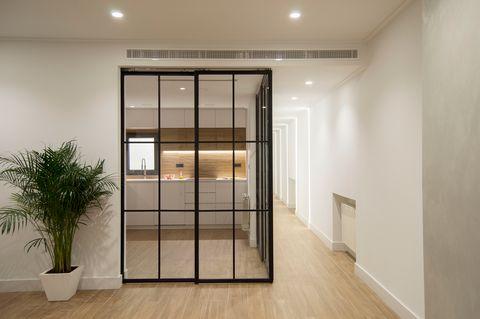 cocina blanca de diseño minimalista con puertas de vidrio correderas