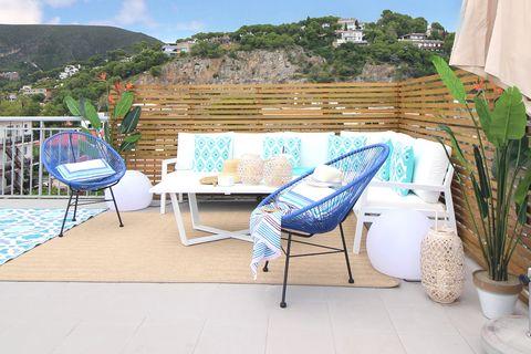 terraza de estilo mediterráneo decorada en tonos azules