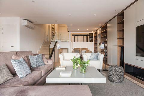 tríplex con espacios abiertos decorado en tonos neutros
