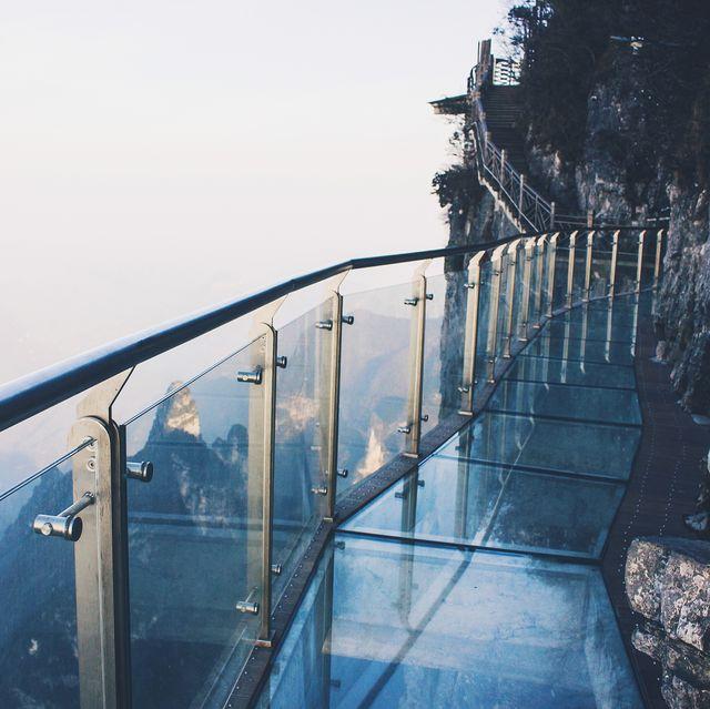 pasarela de vidrio en china, pegada a la montaña a miles de metros de altura