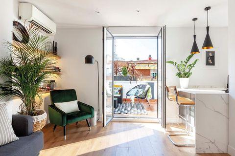 Ático reformado en Madrid: salón con terraza