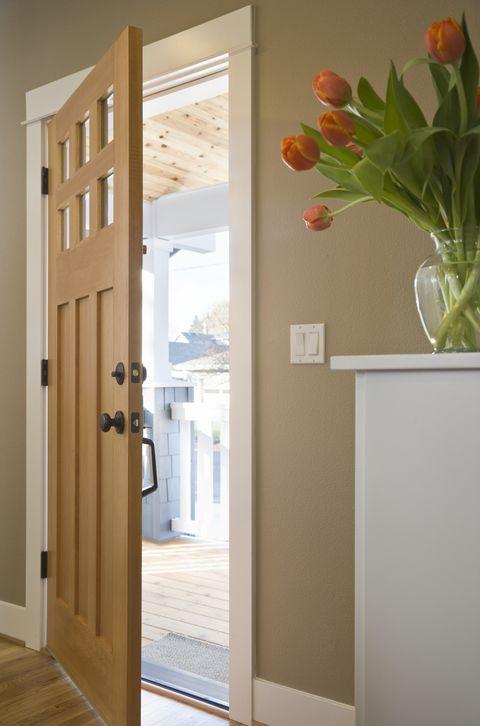 puerta de madera entreabierta, en la entrada de una casa