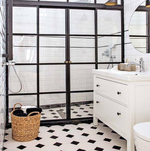 cuarto de baño moderno con ducha de obra en blanco y negro