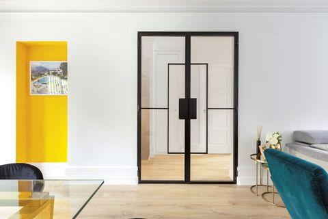 puertas de cristal en el salón elegante